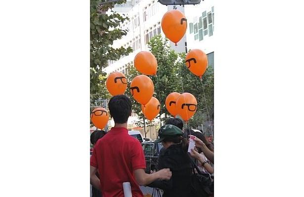 配られた風船は、店の新キャラクター「JINSMAN」の顔をかたどったもの