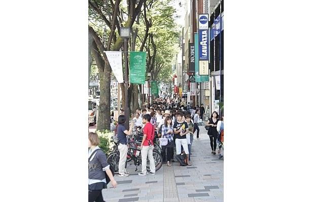 神宮交差点から表参道方面を見ても、行列はまだまだ続く