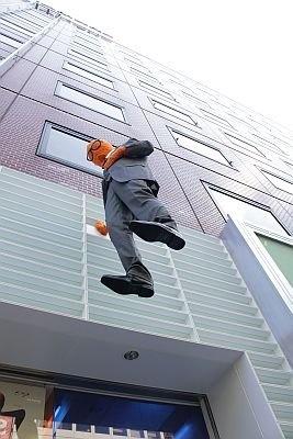 アイウェアショップ「JINS原宿店」で宙に浮く人物が出現!?