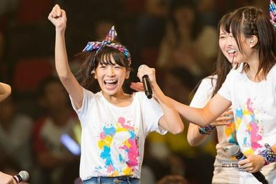 正規メンバー昇格!笑顔でガッツポーズの安田桃寧(写真左)