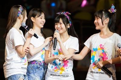 正規メンバー昇格!笑顔を見せる村中有基(写真右から2番目)