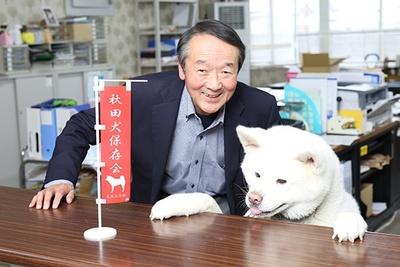 秋田犬会館内の秋田犬は、富樫さんと仲良し