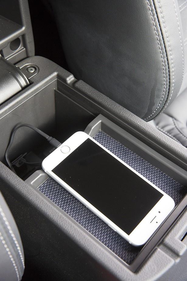 運転席と助手席の間に設けられたフロアコンソールボックスをあけると、スマートフォンがぴったり収まるトレイとUSBコネクターを用意