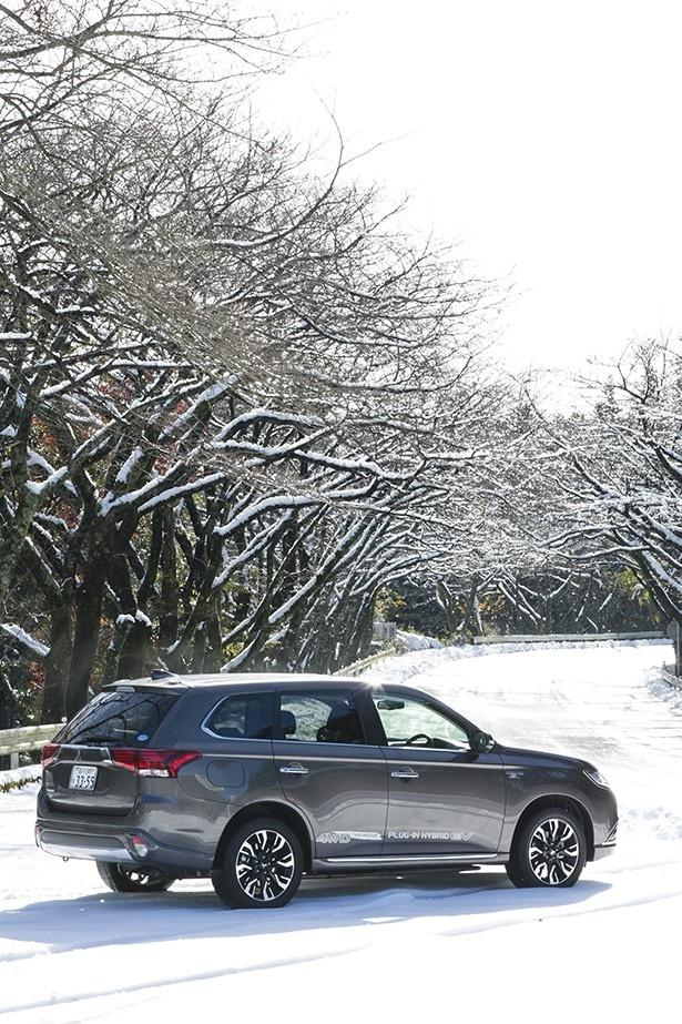 アウトランダーPHEVなら、冬の雪道でも楽々ドライブ!