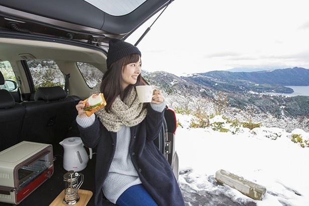 雪景色に彩られた箱根を見ての、アウトドアの食事は最高!