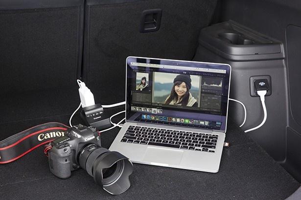 アウトランダーPHEVなら、デジカメのバッテリーとノートパソコンを充電しながら写真のチェックすることも