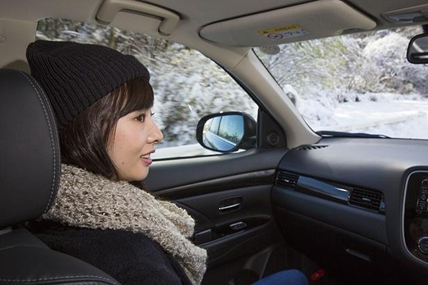 冬山をアウトランダーPHEVは静かに走る。今までのクルマでは聴こえなかった冬山の音が車内でも感じる