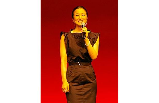 主人公・恩地を支える妻を演じた鈴木京香