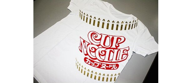 """オリジナルTシャツはコレ!さりげなく""""キャンドル""""モチーフが入り、祝福ムードいっぱい"""