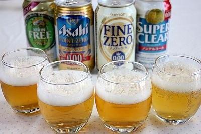 左からキリン フリー、 アサヒ ポイントゼロ、 サントリー ファインゼロ、 サッポロ スーパークリア。同じノンアルコールでもそれぞれに色や泡立ちが違う