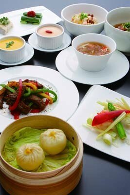 蟹肉と蟹ミソ入り小龍包、豚肉小龍包が各1個にフカヒレと蟹肉入り淡雪スープがついた、5000円のディナーコース