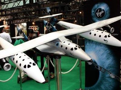 「旅行博2009」の「クラブツーリズム」のブースでは、ヴァージングループ宇宙旅客機16分の1完成モデルを展示