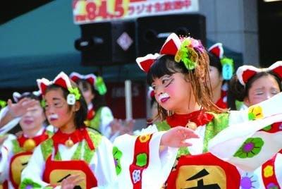 「瀬戸っ子舞遊」は招き猫の衣装とメイクで踊る