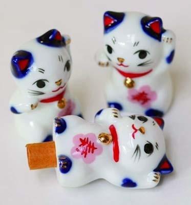 愛らしいみくじで運勢を占って。「来る福招き猫みくじ」(200円/深川神社)