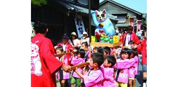伊勢市の「第15回来る福招き猫まつり」は、招き猫の山車が街を巡る