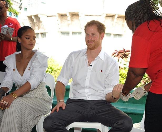 【写真を見る】リアーナとHIV検査を受け、おどけるヘンリー王子