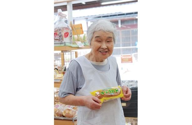 「店頭では毎日販売していますよ」と、「つるやパン」のお母さん