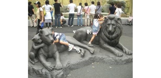 銅像は子供の遊び場へ!?記念撮影する家族も多くみられた