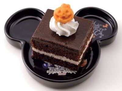 「チョコレートケーキ、スーベニアプレート付」(600円)はビターな味が特徴 (東京ディズニーシー)