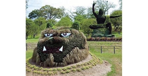 岡山市の「温羅(うら)」は、桃太郎と戦った赤鬼。カレックスの穂でヒゲやまゆ毛を表現している。写真奥は森下建設制作の「世界平和」