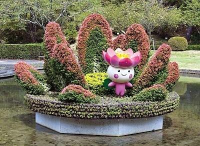 千葉市が作った「妖精の住む花・オオガハス」。実際にハスが浮かぶ池にあり、景観と調和している