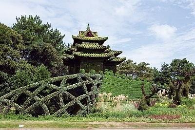 この作品は、中国・北京市の「燕京鹿鳴(えんきょうろくめい)」北京オリンピックのナショナルスタジアム・鳥の巣や、中国で絶滅危惧されるヘラジカを再現。高さ10×幅30mの巨大作品