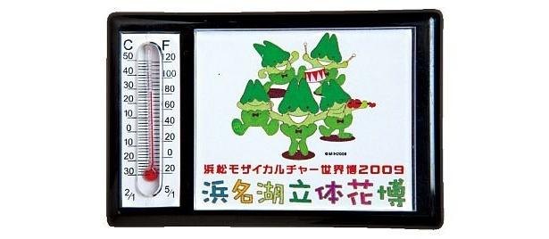 キッチンにあると便利な「温度計付きマグネット」(400円)。5匹の妖精モザイが演奏をしているイラストがかわいい