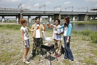 渋谷から15分という好アクセスで人気の「多摩川河川敷」でケータリングサービスを体験。すべて用意してもらえるので到着して15分もあればみんなでカンパイ!