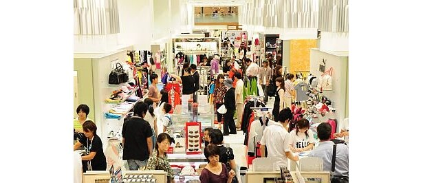 日本最大級になり、オープン初日には多くの女性客やカップルが詰め掛けた「小田急百貨店新宿店 ハルクスポーツ」