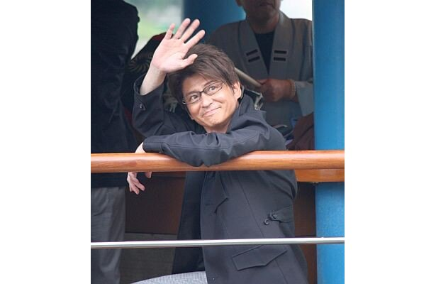 船から手を振る哀川翔さん