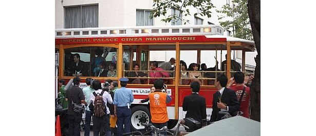移動のトロリーバスも多くの報道陣やファンが取り囲む