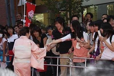 観客に握手でこたえる岸本さん
