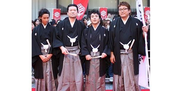 「大洗にも星はふるなり」の出演者。左から白石さん、佐藤さん、レッドカーペットから参加したムロツヨシさん、監督の福田雄一さん