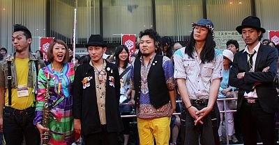 レッドカーペットでは先頭をきって生演奏を披露して盛り上げたロックバンド、浅草ジンタ
