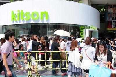 原宿店のオープン初日には約4000人が来店した