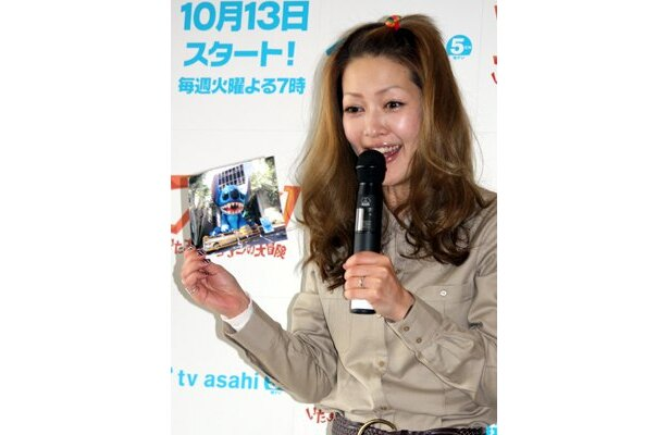 """番組のWebサイトでは「スティッチ逃走!みんなで捜索」キャンペーンも実施中なので、東京の街に突如出没する""""超どデカスティッチ""""を見つけてみて"""