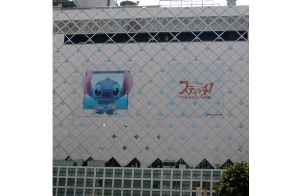 渋谷駅のビルには巨大なスティッチのイラストが