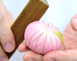 """""""頭(かしら)を目指すように""""と、 縁起のいいカブを生菓子で表現した「かぶ上用」(1個378円)/亀屋良長"""