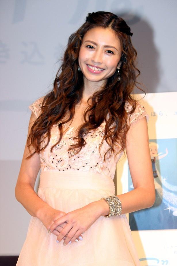 プリンセスのようなドレスで登壇した片瀬那奈