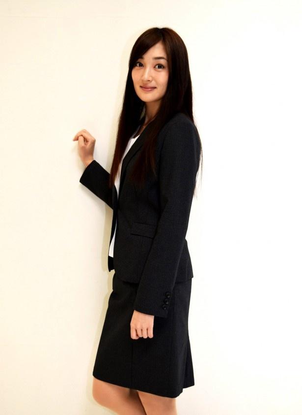 高梨臨は「代償」で圭輔(小栗旬)の婚約者である弁護士・白石真琴を演じる