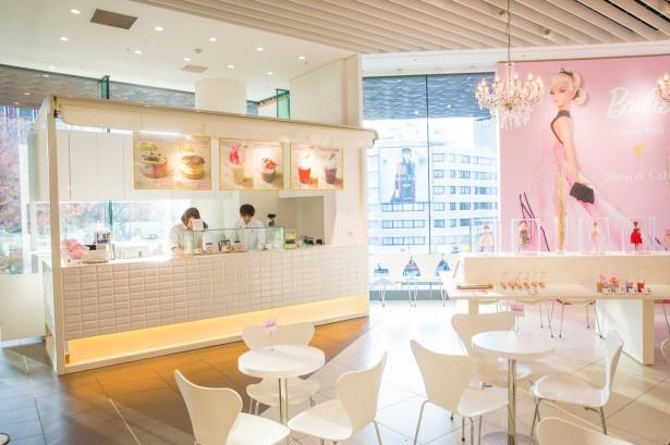ポップアップショップに併設するカフェは、自然光が気持ちいい開放的な空間。シャンデリアがあしらわれ、エレガントな雰囲気が漂う