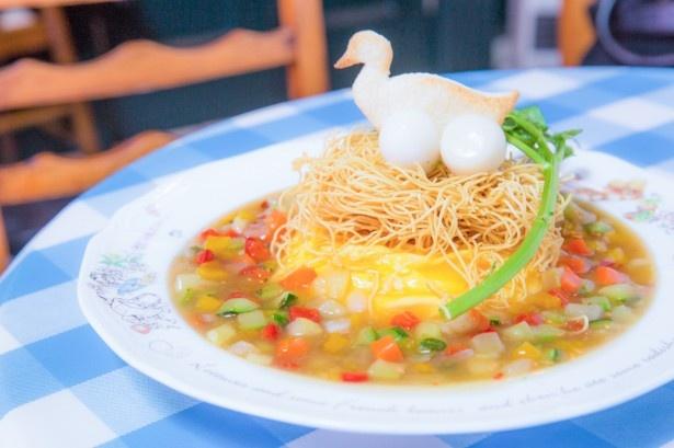「ジマイマのオムライス」(税抜1280円)。とろっとコクのある卵は国産卵のヨード卵・光を採用。中には野菜のスープで炊いたうま味のあるピラフがイン。巣に見立てた麺はパリパリ