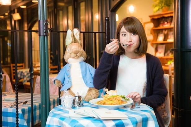 「ジマイマのオムライス」(税抜1280円)は上にのった麺をくずして食べると食感もよし。中島さんいわく、「トロトロの卵に野菜たっぷりの中華風スープが絡んで、食べ応えも抜群」