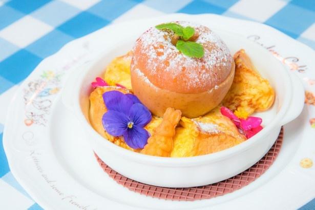 「ピーターとベンジャミンのまるごとりんごフレンチトースト」(税抜1380円)。フレンチトーストは自家製「ラケルパン」を採用。年間約235万個出ている人気のパンだ