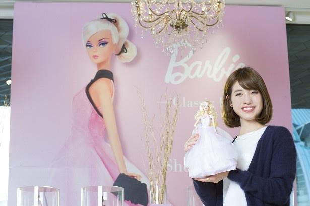 【写真を見る】店内では巨大なバービーのパネルがお待ちかね!中島さんが手にしているのはベビーピンクのドレスをまとったバービードール「2016 Birthday Wishes」(税抜5000円)