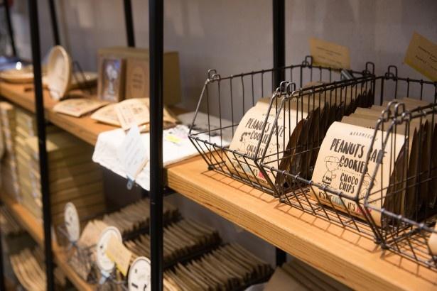 「PEANUTS Cafe オリジナルクッキー」(3種類・税抜390円)。パッケージにはチャーリー・ブラウンやスヌーピー、ルーシーのイラストが描かれている