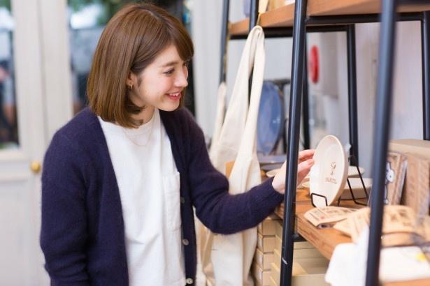 「ピーナッツ カフェ オリジナルプレート」(税抜1200円~)は、店でも使用しているもの。こちらは、岐阜県土岐市の窯元で作られている美濃焼き。贈り物にも喜ばれそう」(中島さん)