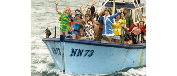 超おしゃれな美女軍団が船に乗って登場