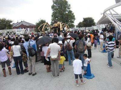 ラ・マシンの上映を楽しみに待つ大勢の人たち
