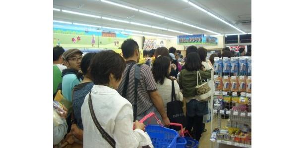 ちなみにこの会場にあったコンビに「スリーエフ」は大混雑! 店舗の奥までレジ待ちの行列